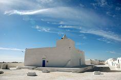#Tunisie #Marabouts tunisien.  Souvent construits un peu à l'écart des villages, ces édifices sont omniprésents en Tunisie. Ce sont en fait les tombeaux de personnages vénérés, souvent d'anciens guérisseurs à qui la tradition reconnait des pouvoirs surnaturels. http://vp.etr.im/f79a