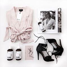 Pink shirt and black heels. Fashion Flats, Look Fashion, Fashion Beauty, Fashion Tips, Flat Lay Inspiration, Flat Lay Photos, Girly, Flat Lay Photography, Clothing Photography