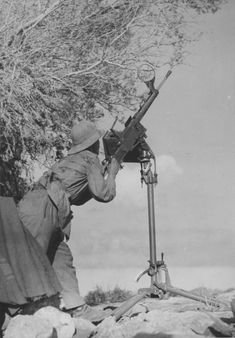 Italian soldier with a FIAT Revelli machine gun operating in North Africa