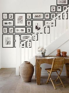 49 Brilliant Living Room Wall Gallery Design Ideas - Pared - Pictures on Wall ideas Stairway Gallery Wall, Gallery Wall Layout, Gallery Walls, Art Gallery, Ideas For Stairway Walls, Decorating Stairway Walls, Gallery Frames, Staircase Wall Decor, White Staircase