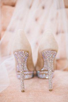 Sapatinhos de cristal de uma princesa moderna... Leve muito brilho para a festa! www.facebook.com/blacktienoivas