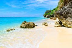 A Indonésia possui belíssimas praias, selvas e elefantes por todos os lados. Essas são as três coisas que mais chamam atenção por lá. O país é o verdadeiro paraíso para os amantes de esportes como surf, mergulho, pesca e ioga. Possui um mar azul turquesa com águas cristalinas e paisagens maravilhosas. Com apenas US$ 1 você consegue 11 rúpias indonésias, a moeda oficial do país.