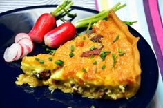 Quiche Lorraine opskrift - Lækker og let fransk tærteopskrift - Se den her! Quiche Lorraine, Alsace, Bacon, Breakfast, Morning Coffee, Pork Belly, Morning Breakfast
