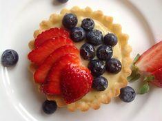 Ovocné tartaletky s krémem patisserie - Víkendové pečení Creme Brulee, Mini Cakes, Coffee Break, Cheesecakes, How To Make Cake, Fruit Salad, Baked Goods, Deserts, Waffles