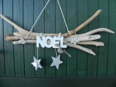 5 branches de bois flottées reliées entre elles accueillent le mot NOEL avec ses 2 clochettes et une étoile et un sapin blanc  deux autres étoiles sont suspendues  Largueur - 16392946