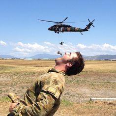 photo humour insolite soldat hélicoptère bouche ouverte