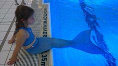 Eine schwimmfähige Meerjungfrauen-Flosse könnt ihr euch für unter 20 Euro selber bauen. Hier findet ihr eine detaillierte Bauanleitung mit Fotos und Video.