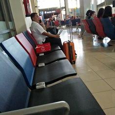 Bandara Sam Ratulangi simpel tapi banyak bonus misalnya colokan di tiap kursi ini. Ngurah Rai yg baru renovasi dan harga makanannya selangit ndak ada inovasi.  #airport #samratulangiairport