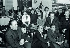 Keuruun Osuuskaupan iltamissa Valkealahden Saarimäen talossa keskityttiin elokuvan katseluun. Kuva ilmeisesti vuodelta 1965