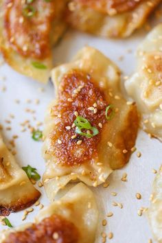 Pan Fried Dumplings - The best and easiest way to cook amazingly crisp potstickers! After this, you'll never want take-out dumplings ever… Asian Recipes, Healthy Recipes, Ethnic Recipes, Asian Desserts, Chinese Recipes, Healthy Food, Bon Appetit, Pan Fried Dumplings, Chicken Dumplings