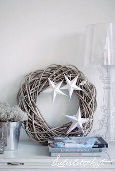 Kerstkrans met witte sterren | Tips: http://www.jouwwoonidee.nl/kerstkrans-maken/