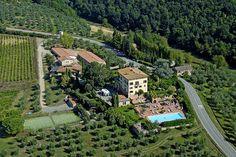Das romantische 4-Sterne Hotel Villa Curina Resort in der Toskana begrüßt Sie mit einem herrlichen Ausblick auf die Hügel von Chianti bis nach Siena. In der Nähe des zauberhaften Örtchens Castelnuovo Berardenga aus dem 16. Jahrhundert bietet das charmante Hotel einen idealen Ausgangspunkt, die Schönheit der Toskana sowie die nahegelegenen Orte Siena, Montepulciano und San Gimignano zu erkunden oder das entspannte Flair der Toskana mit allen Sinnen zu genießen.