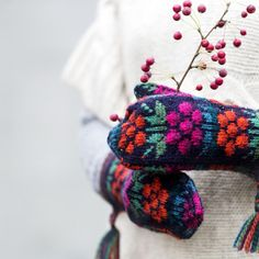 ET-lehti julkaisee hurmaavien maakunta­­lapasten ohjeet. Osa ohjeista on… Knit Mittens, Mitten Gloves, Knitted Hats, Fair Isle Knitting, Hand Knitting, Knitting Patterns, Knitting Projects, Crochet Projects, How To Purl Knit