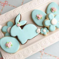 Here's Easter Bunny cookie recipe & an exhaustive list of best decorated Easter bunny cookies. Check cute Easter bunny cookies pictures and inspire yourself Cookies Cupcake, Iced Cookies, Holiday Cookies, Sugar Cookies, Cookies Et Biscuits, Cookie Favors, Baby Cookies, Flower Cookies, Heart Cookies