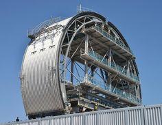 福島第1原発3号機に取り付ける放射性物質飛散防止用の巨大屋根。8個に輪切りにした状態で公開された=2016年6月10日午後、福島県いわき市【時事通信社】  東京電力は10日、5年前に水素爆発事故が起きた福島第1原発3号機から核燃料を取り出