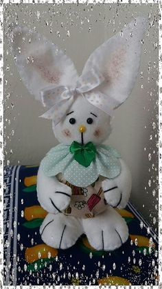Como fazer um coelhinho da pascoa passo a passo + MOLDE grátis para imprimir - Criatividade Crochet Baby, Diy, Easter, Embroidery, Christmas Ornaments, Holiday Decor, Disney Characters, Crafts, Videos