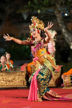 Ramayana Dancer caught looking at my camera, during the show at the Ubud Water Palace, Bali, Indonesia. Vietnam Costume, Bali Girls, Cultural Dance, Ethnic Dress, Girl Dancing, World Cultures, Dance Costumes, Traditional Outfits, Festivals
