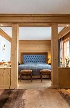 Hôtel Chalet Royalp and Spa. Les 63 chambres & suites ainsi que les 30 appartements vous invitent à la détente en famille ou entre amis. Véritables lieux de vie où le luxe et le style se conjuguent avec l'espace, les chambres et appartements offrent confort et sérénité. Hotel Chalet, Suites, Ainsi, Entryway Bench, Furniture, Home Decor, Style, Apartments, Bedrooms