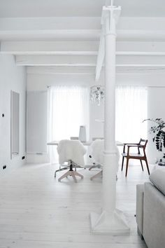 The perfect white interior with the most perfect Danish Style furniture throughout. Interior Design Blogs, White Interior Design, Interior Exterior, White Industrial, Industrial House, Stil Inspiration, Interior Inspiration, White Rooms, White Houses
