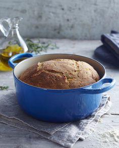 Rosmariinilla ja hunajalla maustettu maukas gluteeniton leipä valmistetaan kätevästi uunipadassa. Tässä leivässä on rapea kuori, mehevä sisus ja rakenne, j