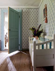 What's a Swedish home without a contrasting wallpaper! Country Interior, Home Interior, Interior Decorating, Swedish Cottage, Cottage Farmhouse, Scandinavian Living, Scandinavian Interior, Castle House, Cottage Interiors