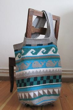 Easy pattern to a big and colorful beach bag (tote), fun project for beginners who are interested in tapestry crochet.