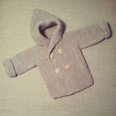 Como sigo sin encontrar un momento para que alguien me enseñe a calcetar en condiciones, me he lanzado a hacer esta chaquetita sencilla...