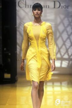 Yasmeen Ghauri for Christian Dior, Spring-Summer Couture Portal, Fashion Through The Decades, Christian Dior Vintage, Dior Haute Couture, Mellow Yellow, Color Yellow, Classic Outfits, Elegant Woman, Fashion Models