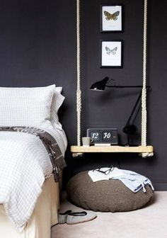 Un chevet suspendu - utiliser une balançoire ou une planche et 2 cordes.