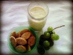 Torradinhas, uvas e vitamina de abacate!! Huumm...
