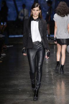 O blazer é uma peça originalmente masculina, que há algumas temporadas foi   incorporada por Yves Saint Laurent no guarda-roupa feminino e promete não   sair tão cedo.    A peça clássica é versátil e indispensável para montar uma produção mais   elegante, principalmente para o trabalho. Neste inverno, o blazer smoking   está em alta! Com seus recortes mais tradicionais, permite compor looks   inusitados.    A parceria entre Karl Lagerfeld, diretor criativo da Chanel e Fendi, com a…