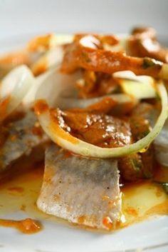 """Śledzie po grecku - przepis EWY WACHOWICZ - Śledzie po grecku © thinkstockphotos Śledzie po grecku to zupełnie nowa odsolona dobrze znanej """"greckiej"""" ryby i inny pomysł na sposób podania tradycyjnych śledzi na świątecznym stole... My Favorite Food, Favorite Recipes, European Dishes, Good Food, Yummy Food, Xmas Food, Easy Food To Make, Fish Dishes, Appetizer Recipes"""