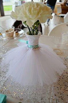 centros de mesa usando una botella o un florero y decorandolos cómo si fueran un vestido. Es una idea perfecta para usarse en  boda.