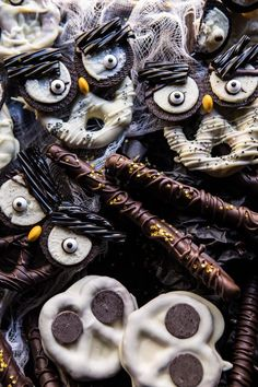 Spooky Halloween Pretzels recipe and other must-try scary Halloween appetizers for your potluck party! Spooky Halloween, Halloween Snacks For Kids, Halloween Appetizers, Halloween 2019, Halloween Foods, Halloween Decorations, Halloween Desserts, Halloween Stuff, Halloween Crafts