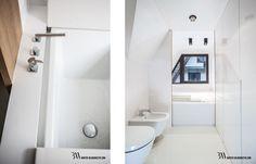 Nowoczesna biała łazienka z wanną Duravit Sundeck oraz bateriami Dornbracht