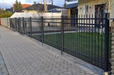 Our fence from Poland – low costs, good experiences – garden – garden design - Zaun Ideen Farmhouse Landscaping, Grades, Diy Home Decor Bedroom, Modern Fence, Metal Fence, Pool Fence, Iron Gates, Cool Pools, Garden Gates