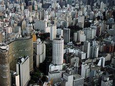Vista aérea de São Paulo, o prédio à esquerda, formato ondulado, é o Edifício Copan, ícone da arquitetura paulistana.