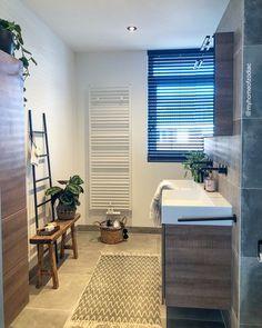 Binnenkijken bij homeofzodiac - Badkamer met Betonlook tegels en zwarte kranen Logs, Entryway Bench, Bathroom, Furniture, Zodiac, Home Decor, Instagram, Home Deco, Entry Bench
