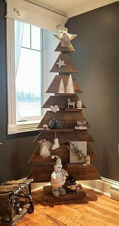 Perfect wood Christmas tree, recycled pallets in a touch of color.