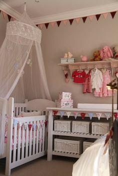 kleines babyzimmer beige rosa tapeten gepunktet schlicht ... - Kinderzimmer Gestalten Beige