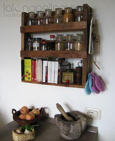 Portaspezie + libreria per piccoli libri da cucina, realizzata con un pallett - Spices rack - bookshelf for kitchen booklets