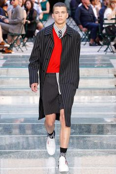 See the complete Versace Spring 2018 Menswear collection.