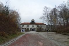 """Distante 40 minutos de Munique está Dachau, cidade que em 1933 recebeu o primeiro campo de concentração alemão. O campo que no inicio tinha como objetivo receber prisioneiros politicos, foi tendo seu objetivo e tamanho alterados conforme o avanço do regime nazista. A visita ao campo demanda estômago e tempo, fiquei três horas em KZ-Gedenkstätte...<br /><a class=""""more-link""""…"""