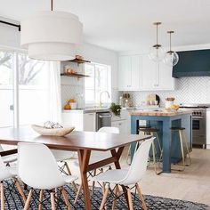 This white kitchen with the prettiest pop of blue. 💙 It's safe to say we wouldn't change much about this space by @lindyegalloway. Loving the Eames chairs in the space, found them for $54👌🏼👉🏼 https://www.copycatchic.com/2018/02/design-within-reach-eames-molded-side-chair.html