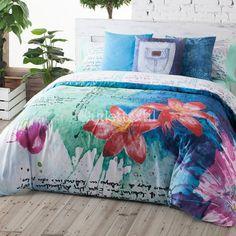 Funda Nórdica HAITI de la firma Lois. Estampado formado por frases escritas en tonos turquesa, verde y fucsia, sobre un fondo en blanco. Ideal para aquellos que buscan vestir su cama con diseños diferentes y rompedores.