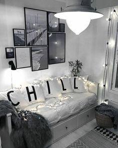 fotos familiares, ambiente en blanco y negro con detalles decorativos, pared con fotos de paisajes en blanco y negro