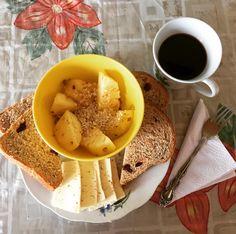 #healthybreakfast: porción de piña con #AvenaEnHojuelas, porción de pan de arándanos de @artesano_naturalcafe, porción de queso costeño bajo en sal y una taza del café hecho en ollita por mi mamá; perfecto comienzo de día! #MásCercaDeLaSierra #DebajoDelPaloEMango