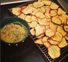 Healthy food ideas : Slice backed potatoes and guacamole