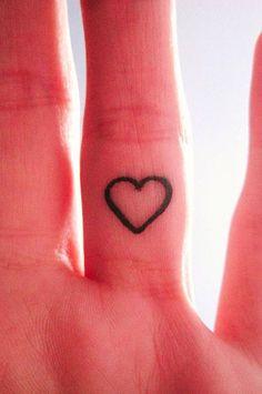 Tatuaggi dita: cuoricino tondo
