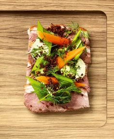 Open sandwich w. lamp, pickled carrots and spreads Danish Rye Bread, Danish Food, Sandwiches, Sandwich Cake, Nordic Diet, Open Faced Sandwich, Pickled Carrots, Boutique, Food Photography